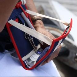 A utiliser comme sac à main ou sacoche - Idéal pour les transports en commun, ce petit sac plat se loge aisément sous une veste