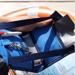 Sac bandoulière élégant et discret - Idéal pour les transports en communs, ce petit sac plat se loge aisément sous une veste