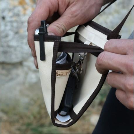Emportez votre essentiel dans cette pochette minimaliste, portée en bandoulière, en déplacement et au quotidien