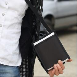 Une pochette bandoulière intelligente, robuste, dans l'esprit minimaliste des sacs tendance de ce Printemps-Eté 2021