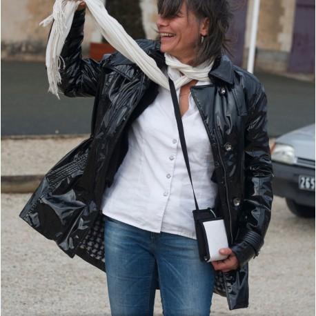 Un sac bandoulière très plat et fonctionnel qui se loge aisément sous une veste pour plus de discrétion ~ Made in France