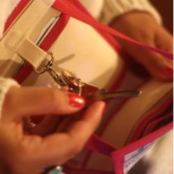 A mi-chemin entre le portefeuille et le sac à main - Un sac insolite fabriqué en France