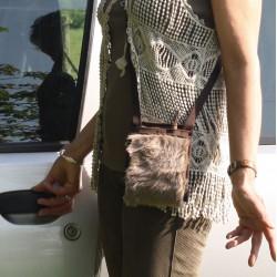 Avec cette fausse fourrure, cette sacoche en fausse fourrure devient un accessoire de mode, à l'allure charmante et douce
