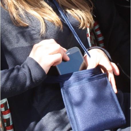 Le Ti Sac Navy, un petit sac basique bleu marine à utiliser comme sac à main ou comme sacoche de voyage