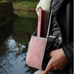 le Ti Sac, une pochette avec une bandoulière ajustable, ici la version Côtelé Vieux Rose