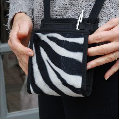 Du porte-monnaie au passeport, jusqu'aux cartes et au smartphone, tout est à sa place dans ce micro-sac décalé créateur