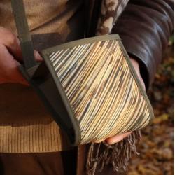 Cette sacoche surprenante, idéale pour les transports en commun, sert aussi de petit sac à main pratique ~ Fabriqué en France
