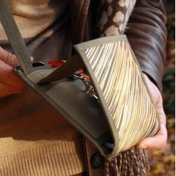 Une pochette de soirée - Surprenant - Idéal dans les transports en commun, ce petit sac plat se loge aisément sous une veste