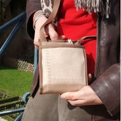 Pochette à porter en bandoulière pour garder les mains libres - Système de fermeture breveté - Une sacoche discrète et pratique