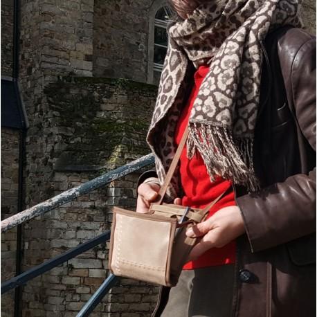 A utiliser comme un sac à main ou une sacoche, cet accessoire made in France devient vite indispensable