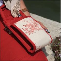 Un petit sac bandoulière au style épuré, élégant en toute simplicité