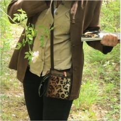 Ce sac besace bandoulière Léopard se transforme en un petit sac de voyage sécurisé ou pochette de soirée pratique