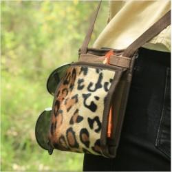 Cette petite sacoche est faite pour les modeuses invétérées : Un design d'une finesse incroyable, un motif Léopard tendance