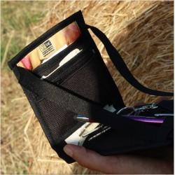 La pochette multifonctionnelle chic à avoir absolument. Avec ses poches, elle peut servir d'organisateur ou de portefeuille