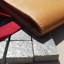Confectionné par un artisan d'Art sculpteur sur cuir, ce petit sac en cuir au tannage végétal est une pièce d'exception.