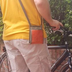 Le Ti Sac, un petit sac breveté fabriqué en Anjou, léger et sécuritaire, idéal en voyage, ici le modèle Côtelé Corail