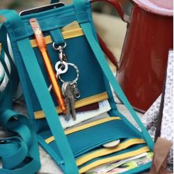 Conservez à l'abri vos papiers d'identité, cartes bancaires, monnaie, smartphone, dans ce petit sac chic et léger
