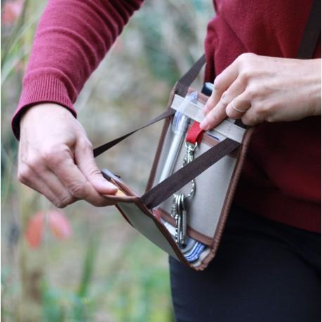 À mi-chemin entre portefeuille et sac à main, la sacoche indispensable pour le voyage ou pour se déplacer en toute sécurité