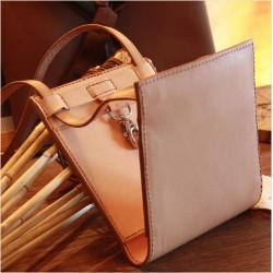 Des coutures et finitions d'exceptions pour ce petit sac besace en cuir végétal pratique, unique et brevetée
